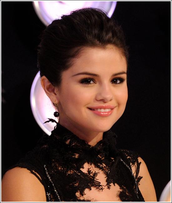 Mv Kiss And Makeup: Beauty Breakdown: Selena Gomez' Makeup At The 2011 MTV