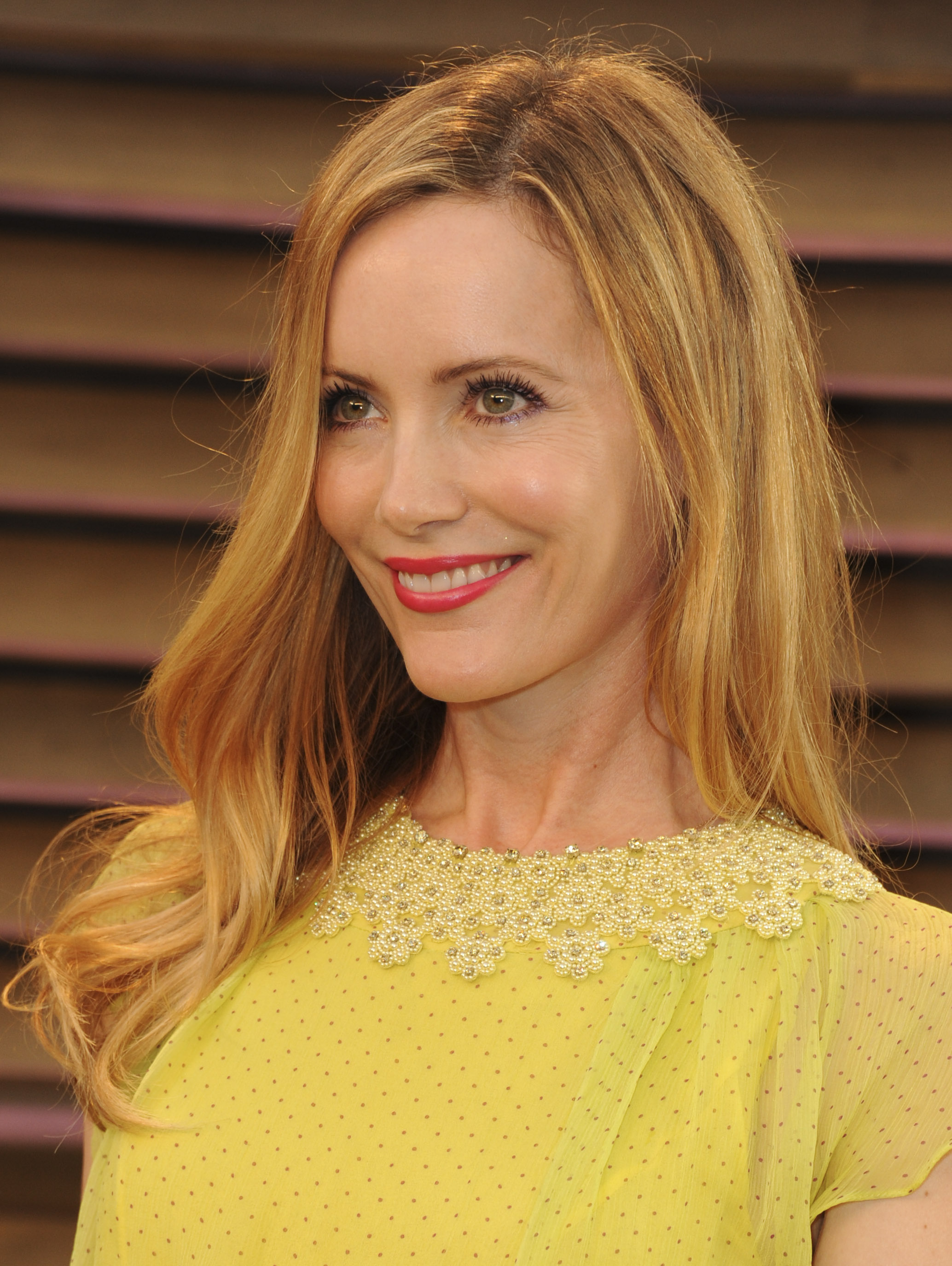 <b>Leslie Mann</b> had a personal beauty best in that radiant red lip and gorgeous <b>...</b> - Leslie-Mann-VF-Oscar-Party