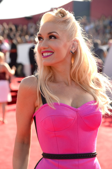 Snag Gwen Stefani's VMAs Deep Side-Parted Knotted Roll