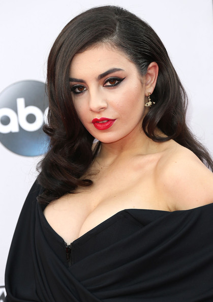 The Secret To Charli XCX's Anjelica Huston-esque AMAs 2014 Makeup Look
