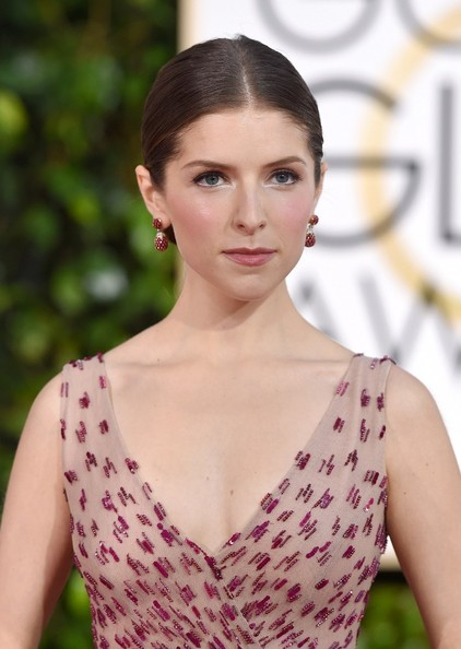 How To Recreate Anna Kendrick's Baroque Cheek & White Liner Look At The Golden Globes