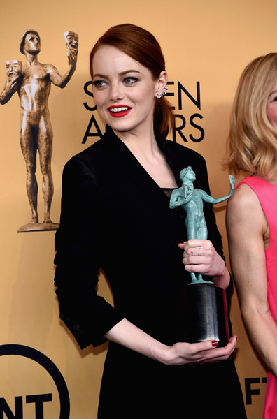 How To Recreate Emma Stone's Red Lip & Modern Pony SAG Awards Beauty Effect
