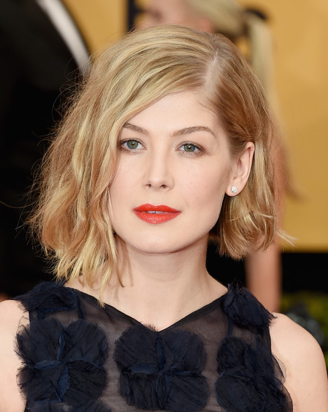 The Trick To Rosamund Pike's Effortlessly Wavy Lob