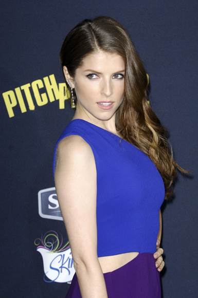 "Anna Kendrick's Side-parted Hairstyle For The Premiere Of ""Pitch Perfect 2"""