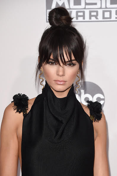 The Scoop On Kendall Jenner's AMAs Top Knot