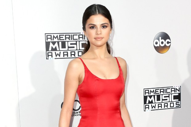The Trick To Selena Gomez' Glowing Makeup At The AMAs