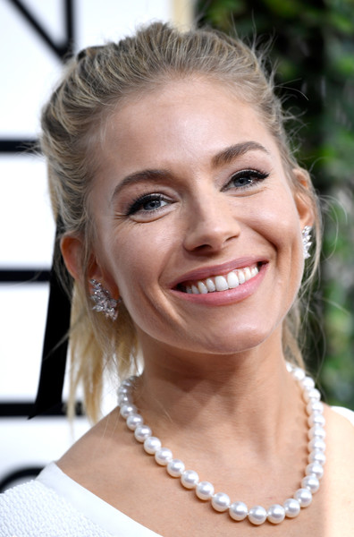sienna-miller-golden-globes-2017-photo
