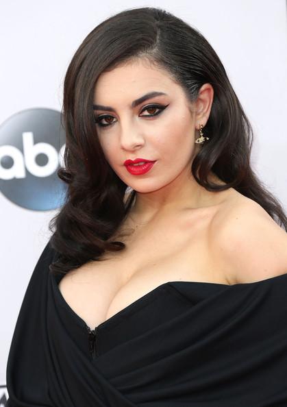 The Secret To Charli XCX's Anjelica Huston-esque AMAs 2014 Makeup Look